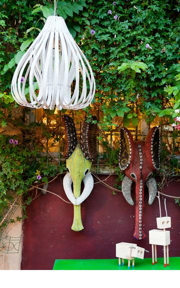 אותנטי, אבל אחר. ראשי פילים עם רקמת חרוזים מ''אפרו'', חיות עץ מ''אסופה'', מנורת במבוק מ-''one bedroom'' (צילום: ענבל מרמרי)