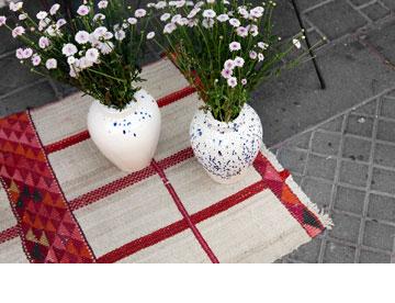 שטיח טורקי, ''one bedroom''. אגרטלים בעיצוב שגב מואיסה, ''אסופה'' (צילום: ענבל מרמרי)