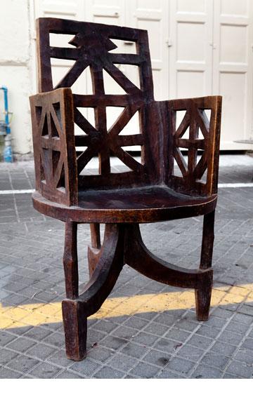 כיסא עץ גושני ממערב אתיופיה. ''אפרו''  (צילום: ענבל מרמרי)
