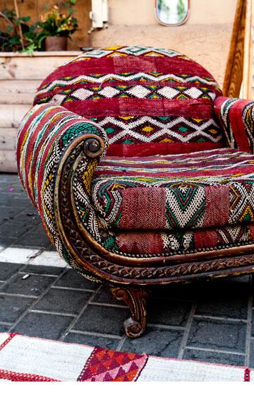 כורסה טורקית עם ריפוד מרוקאי. ''one bedroom'' (צילום: ענבל מרמרי)