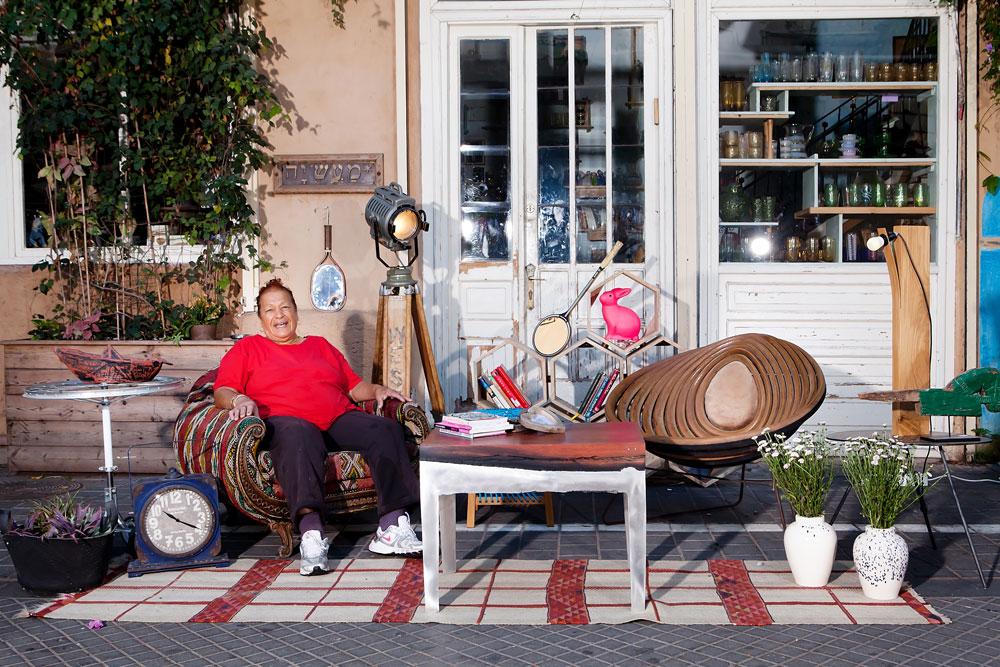 פינת ישיבה באוויר הפתוח, אקלקטית כמו הסביבה. סוהם, מוותיקי השוק, באה לפרגן לשחקנים החדשים. בתמונה פריטים מקוריים, אתניים ווינטג' - ''פיצול האישיות'' של השוק, מודל 2013: שולחן עץ ואלומיניום מ''אסופה'', שטיח טורקי וכורסה בריפוד מרוקאי מ-''one bedroom'' ופרוז'קטור הוליוודי מקורי מהחנות של יוסי קמחי (צילום: ענבל מרמרי)