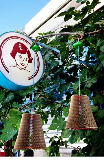 מנורות בדוגמת כוורת. ''אסופה'' (צילום: ענבל מרמרי)