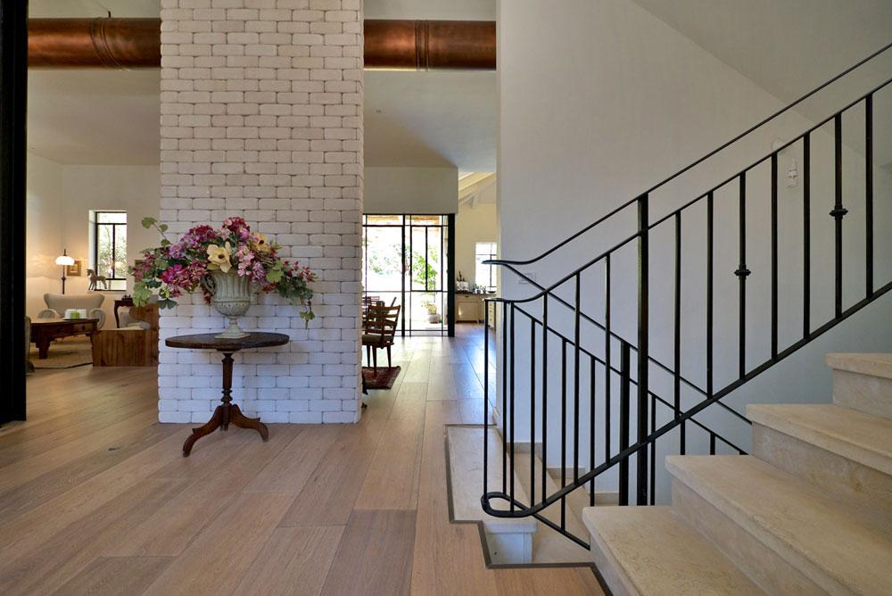 את החמימות מייצרים רהיטי העץ הכבדים, הציורים והתמונות שמעטרים את קירות הבית (צילום: איתי סיקולסקי)
