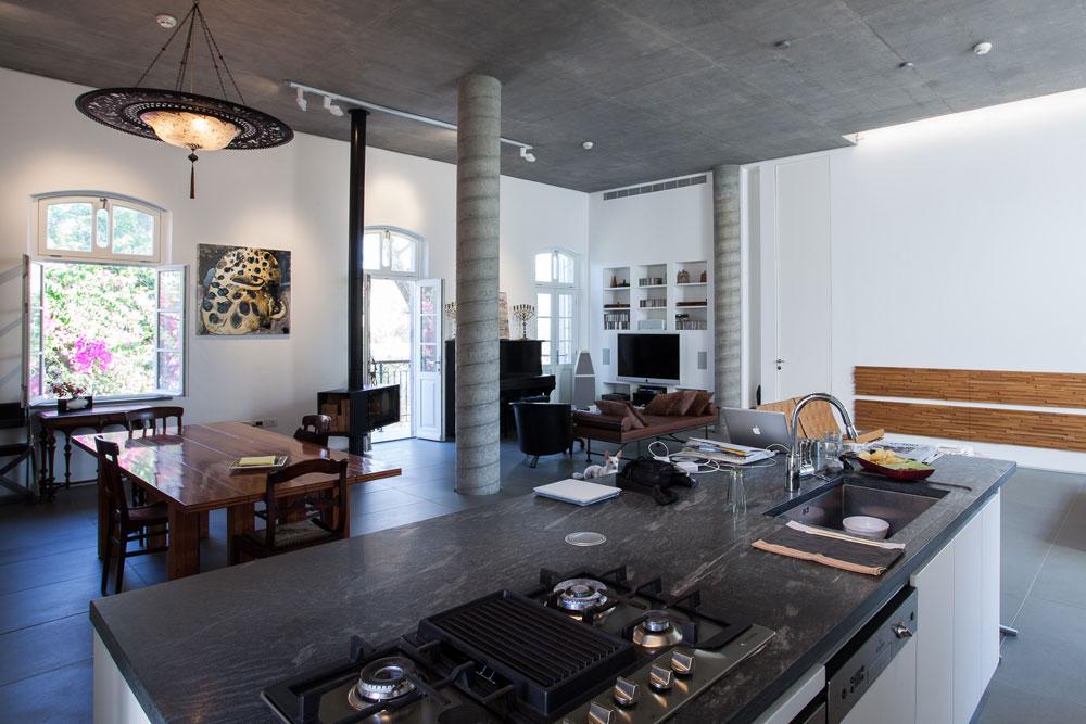 בחלל הפתוח שתי פינות ישיבה. גבעוני עדיין מתלבטת לגבי הקיר שליד הספות בעיצובו של האדריכל הגרמני מיס ואן דה רוהה (אך כנראה שהמקום שמור לגיל מרקו שני) (צילום: טל ניסים)