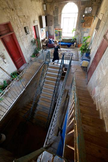 """""""הדירה משקפת את הצורך שלי במרחב – גם מרחב פתוח וגם מרחב תנועה"""" (צילום: איתי סיקולסקי)"""