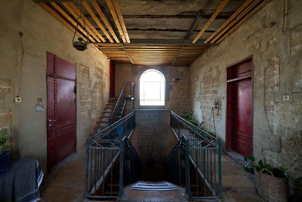 קירות חשופים, ניחוח תעשייתי וחספוס נוקשה של מעקה (צילום: איתי סיקולסקי)