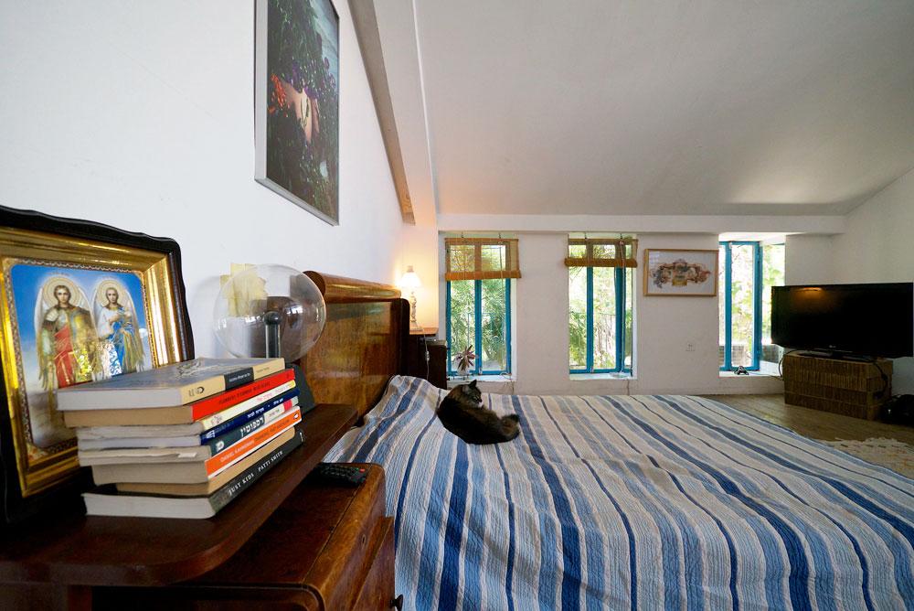 """""""אני אוהבת את המיטה שלי, שמהחלון לצדה נשקפים עצי אורן, זית וענפי גפן. זה הדבר הראשון שאני רואה כשאני מתעוררת בבוקר"""" (צילום: איתי סיקולסקי)"""