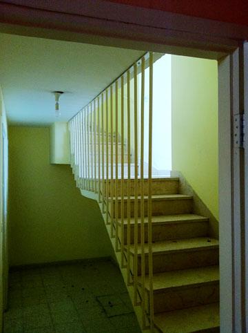 מסדרון וגרם מדרגות, ''לפני'' (באדיבות מתי רוזנשטיין)