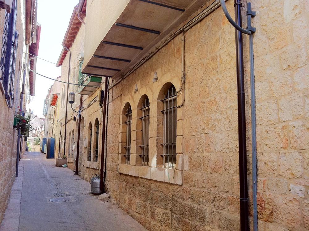 הבית מבחוץ, בשכונת מחנה יהודה. הכניסה נעשית מהצד השני, דרך החצר המרוצפת. הבית נבנה לפני 80 שנה, והוא בן שתי קומות (באדיבות מתי רוזנשטיין)