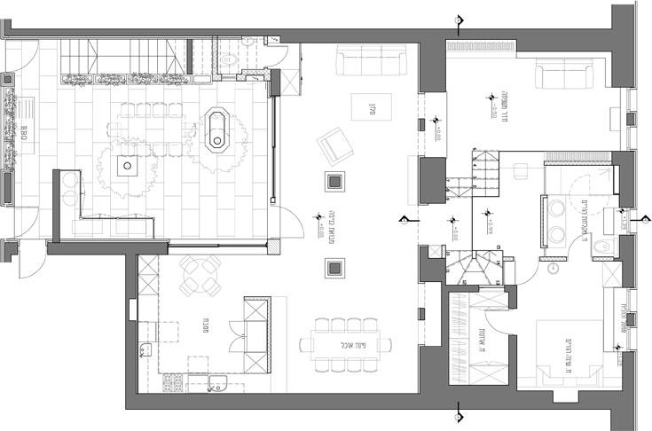 תוכנית קומת הכניסה: הדלת נפתחת מהחצר הפנימית אל הסלון. מעברו השני של קיר האבן שחוצה את הדירה חדר משפחה ועבודה, וסוויטת ההורים נבנתה בגלריה שמשקיפה על הכל מלמעלה (באדיבות מתי רוזנשטיין)