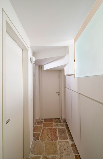 המסדרון המוביל אל המרתף רוצף באבן פראית (צילום: אילן נחום)