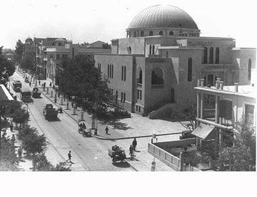 בית הכנסת לפני השיפוץ. הכיפה נראתה מכל מקום (צילום: זלוטן קלוגר, לע''מ)
