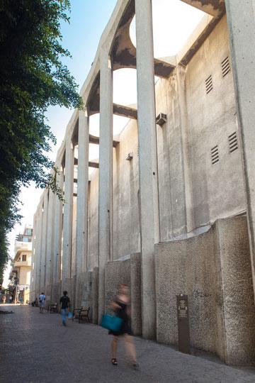 החומה שמנתקת את בית הכנסת מהרחוב נוחה במיוחד להומלסים (צילום: איל תגר)