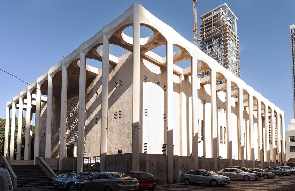 בית הכנסת הגדול של תל אביב ממשיך להיות הגדול ביותר בעיר גם אחרי 100 שנה מאז תחילת הפרויקט, אך איבד את מעמדו: רוב המתפללים מדירים ממנו את רגליהם, בפרט בשבתות ובחגים (צילום: איל תגר)