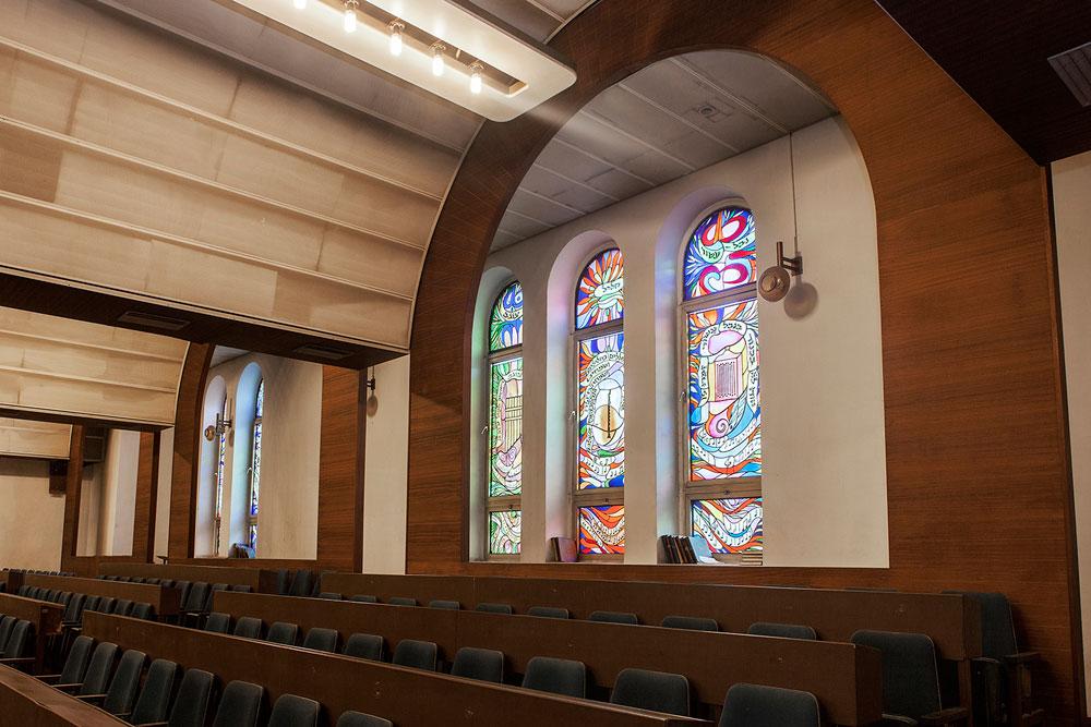 ''בית הכנסת זקוק לשיפוץ דחוף'', טוען נשיא בית הכנסת. ''אנחנו לא מקבלים אגורה משום גורם, ורק הודות לחתונות אנחנו יכולים להמשיך'' (צילום: איל תגר)