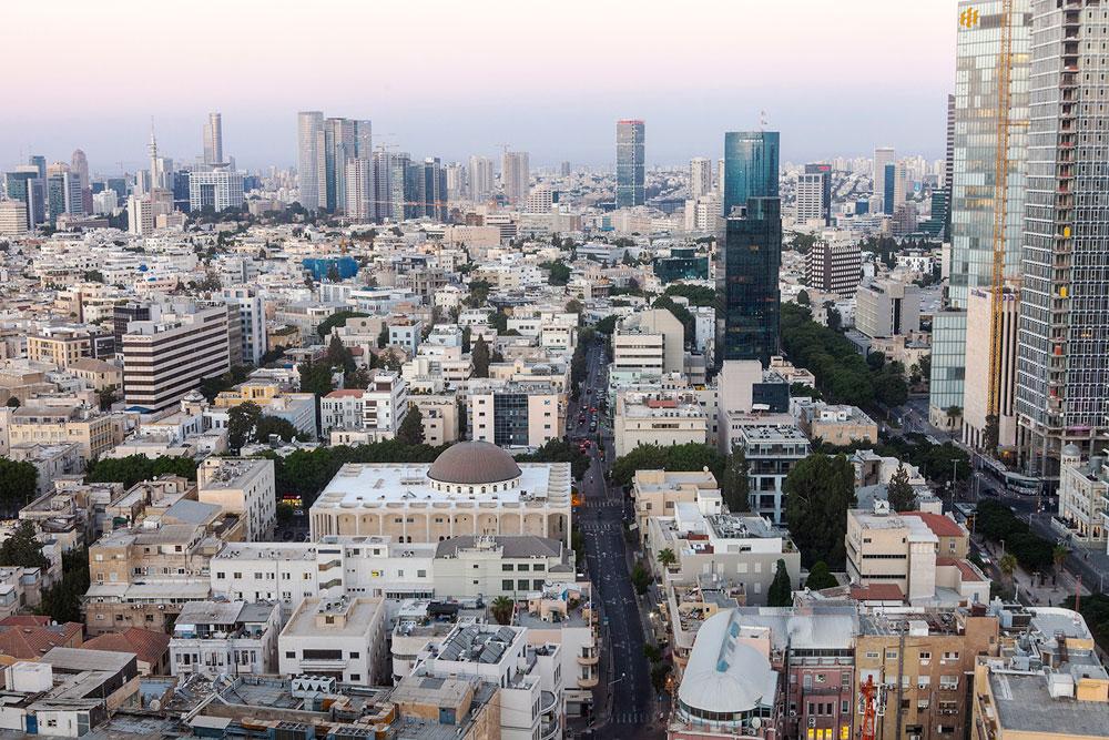 בית הכנסת על רקע לב העיר. האוכלוסייה הזדקנה, מספר הדתיים בלב העיר הצטמצם, אלנבי הוא רחוב מוזנח והחובות הצטברו (צילום: איל תגר)