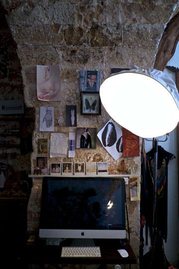 שותה את הקפה מול פינת המחשב (צילום: איתי סיקולסקי)