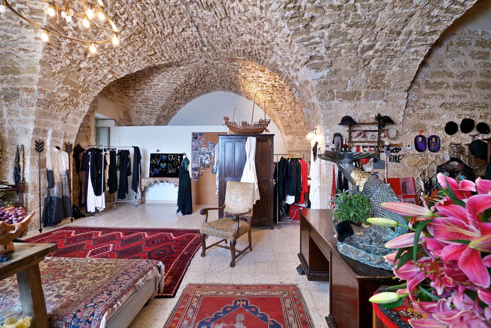 """""""אף אחד לא עיצב אותו. זה בניין מהתקופה העותומאנית במאה ה-19. הדירה עברה מעט שיפוץ: שמו חלון, דלת, שירותים. בצורה הכי פשוטה"""" (צילום: איתי סיקולסקי)"""