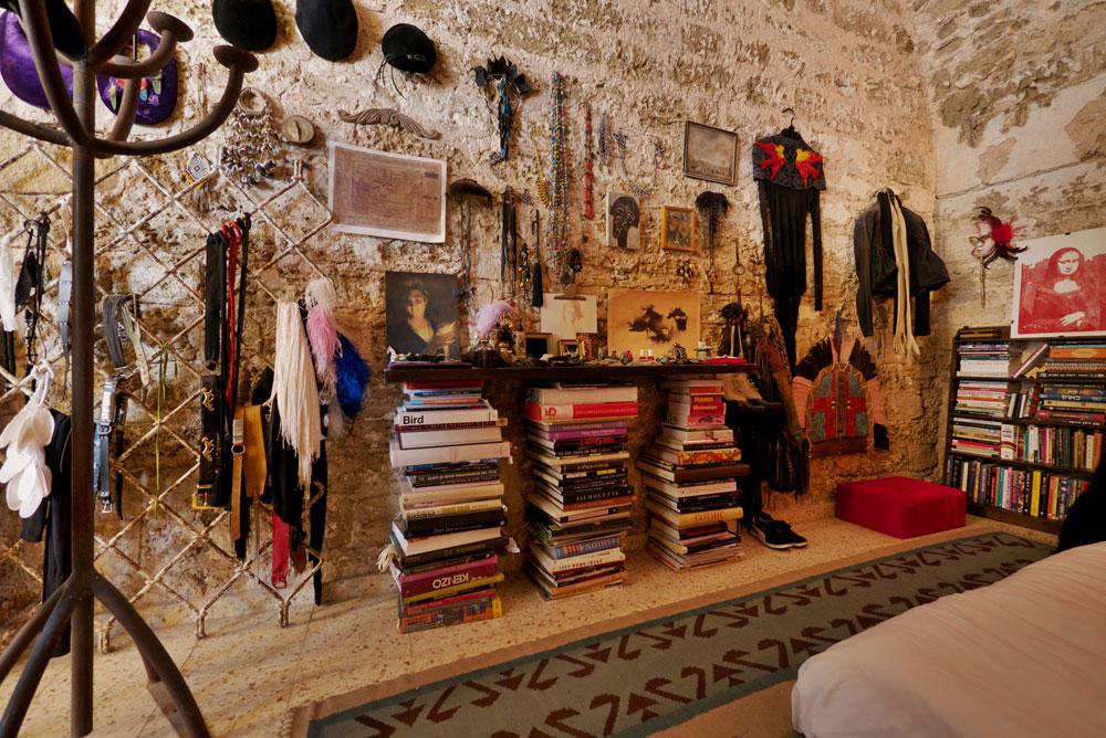 """""""כל הפריטים והחפצים בדירה הם חלק מהיצירה"""" (צילום: איתי סיקולסקי)"""
