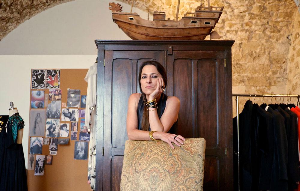 """ליאורה טרגן בביתה ביפו העתיקה. """"יש התאמה בין הדירה לאישיות וליצירה שלי"""" (צילום: איתי סיקולסקי)"""