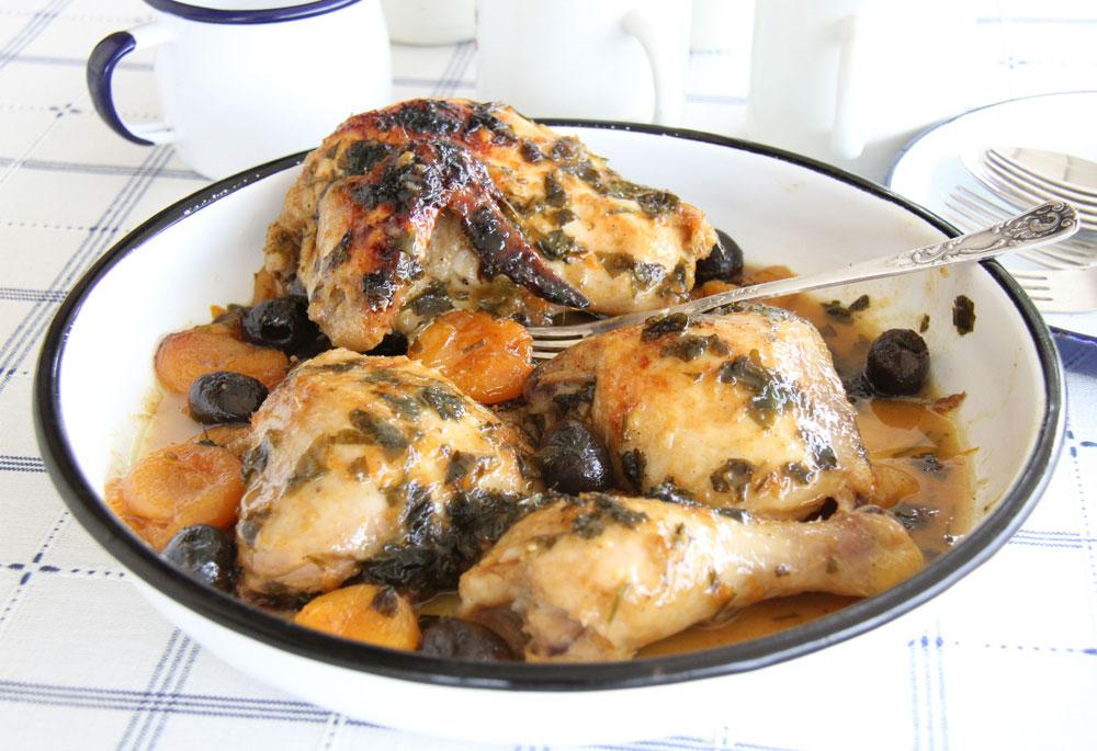 עוף עם משמשים יבשים וזיתים (צילום: אסנת לסטר)