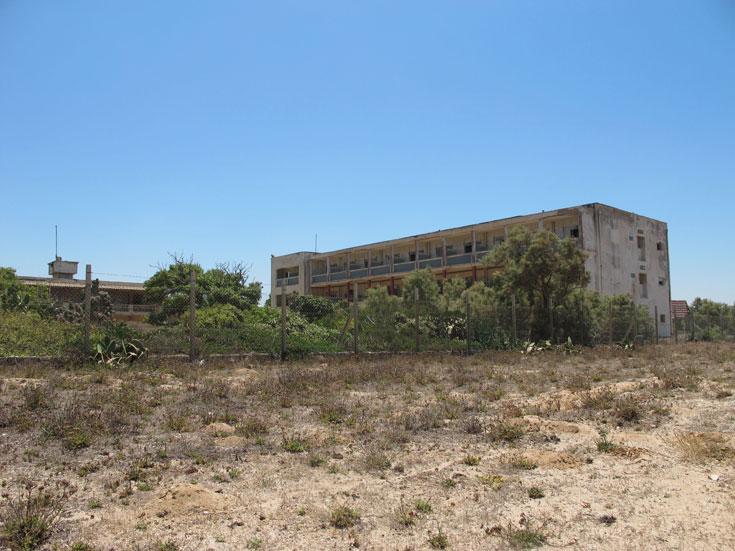 מלון דולפין. מאבקים שונים מונעים את פיתוחו או את הריסתו, והוא פשוט שם (צילום: מיכאל יעקובסון)