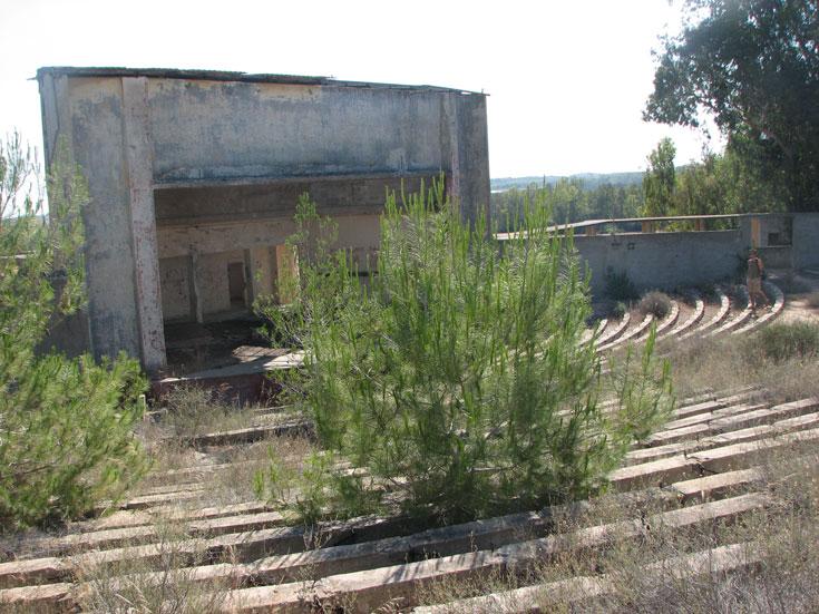 התיאטרון הנטוש בכניסה לגברעם. מומלץ לשלב עם מסלול אופניים (קישור בכתבה) (צילום: מיכאל יעקובסון)