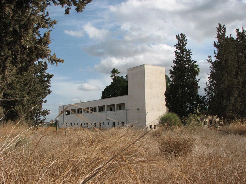 פרעות 1939 הביאו להקמתה של תחנת קטרה (גדרה) של המשטרה הבריטית, ולימים היא שימשה את משטרת ישראל. האם ייבנה כאן בית מלון? בינתיים היא נטושה (צילום: מיכאל יעקובסון)