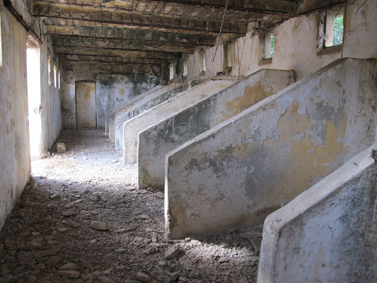 בתוך תחנת המשטרה הנטושה בבאר טוביה. שיעור בהיסטוריה (צילום: מיכאל יעקובסון)