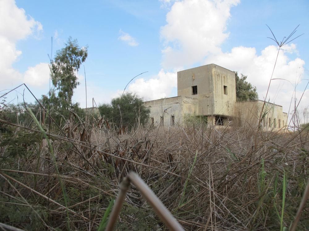 וזו אחותה, תחנת המשטרה הבריטית בבאר טוביה (באטאני), שאף היא הוקמה כתוצאה מהמהומות הקטלניות באזור. יוזמת תושבים לפתח את המבנה המרשים לא התגשמה (צילום: מיכאל יעקובסון)