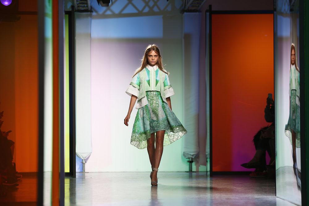 קארה דלווין בתצוגה של פיטר פילוטו. הכוכבת הגדולה של שבוע האופנה (צילום: gettyimages)