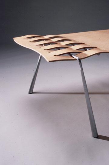 השילוב של הרגל בעץ ''מחזיק'' את העיצוב. דב גנשרוא ועמי דרך, 1996 (צילום: איתן שוקר)