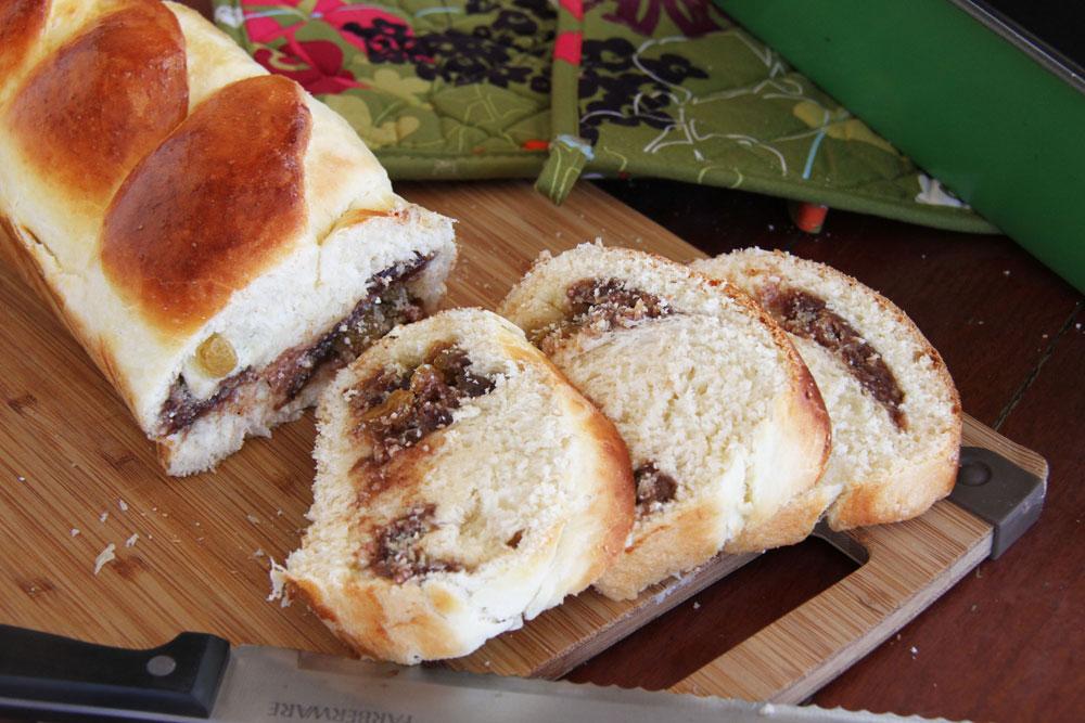 עוגת שמרים עם תמרים ושקדים (צילום: אסנת לסטר)