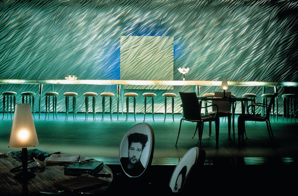 בר במלון פנינסולה בהונג קונג, שעיצב פיליפ סטארק ב-1994. ''שם יש אלפי המצאות שלו'', אומר פדואה. ''אין שום דבר שהוא לוקח כמובן מאליו. איך את יושבת, איך את אוחזת את הכוס, איך את מגיעה לשירותים ומה קורה שם. שפע של חיים, דימיון ואלגנטיות'' (צילום: Courtesy of Philippe Starck  )