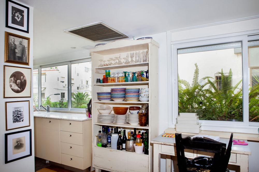 המטבח: ארון עץ ישראלי ובו כלי בית שנקנו באירופה (צילום: אבישי פינקלשטיין)