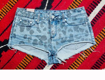 """""""יש לי אוסף גדול של מכנסי שורטס בארון, ובקיץ הם פחות או יותר המדים הרשמיים שלי"""" (צילום: ענבל מרמרי)"""