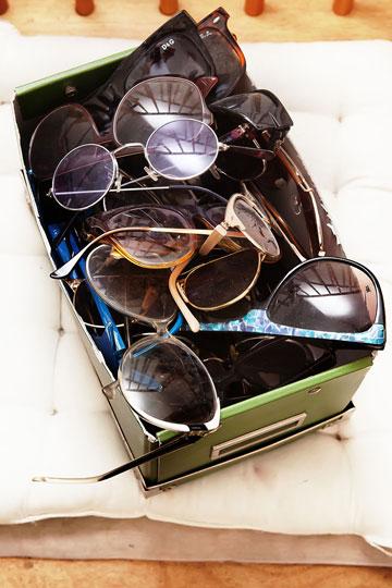 כ-50 זוגות משקפיים, מכל הזמנים ומכל הסגנונות (צילום: ענבל מרמרי)