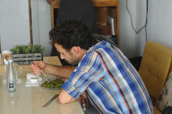 ברובינסקי אוכל, ובינתיים לא שם לב שיש מצלמה באזור (צילום: ברק פכטר)