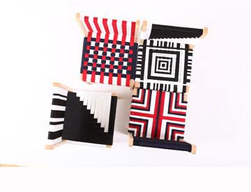 כסאות ארוגים בעיצובה של שרית שני חי. מתח בין תיעוש לעבודת יד (צילום: שירן כרמל)