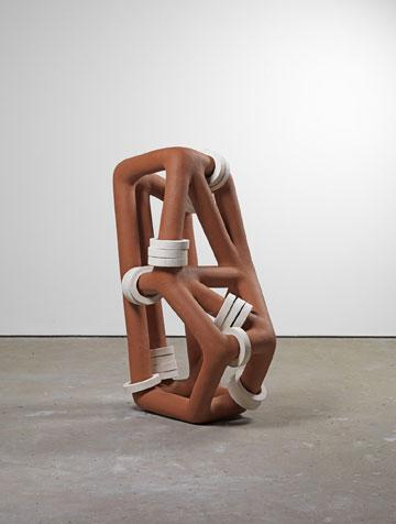 פסל של ריצ'רד דיקון. קשרים במקום תפרים (באדיבות Richard Deacon)