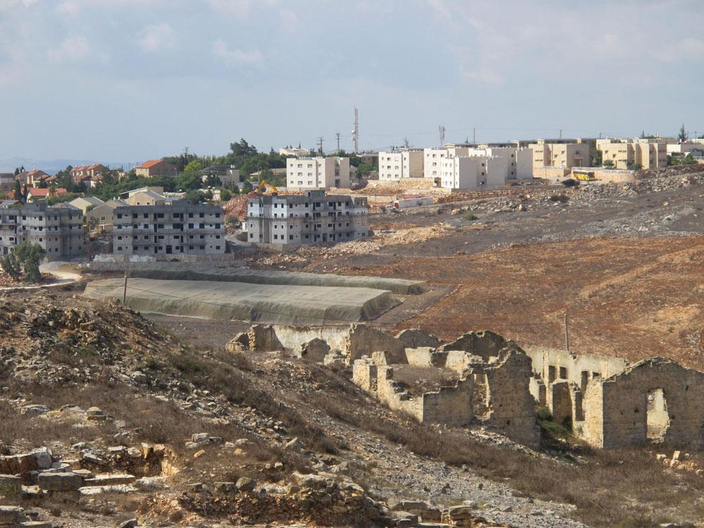 פרידה מרעיון הווילות לטובת חיים עירוניים יותר, בדומה לעיר הפלסטינית רוואבי שנבנית בימים אלה. ברקע: השכונה הבאה שנבנית כעת (צילום: מיכאל יעקובסון)