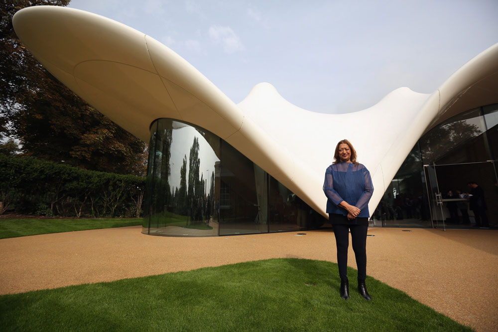 המותג מייחצן את הפרויקט החדש: זאהה חדיד מצטלמת על רקע גלריה סאקלר - שמשלבת שימור של בניין ותיק עם תוספת חדשה שמשמשת כמסעדה במיקום מרהיב (צילום: gettyimages)