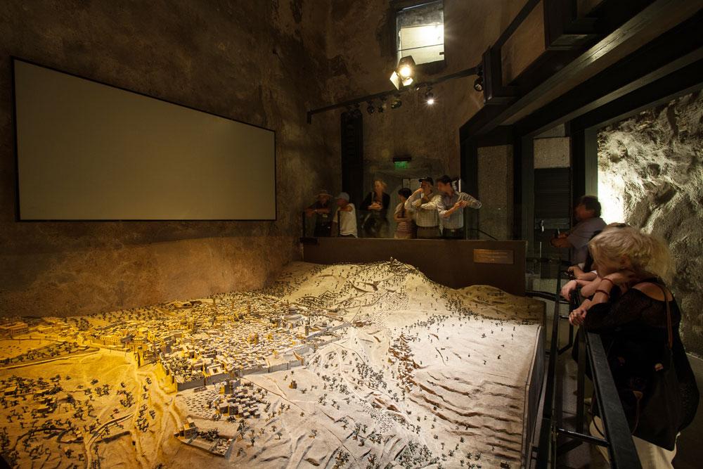 חשיבותם הגדולה של הממצאים, שעליה מדבר הארכיאולוג בסרטון שלפניכם, מעניינת גם את מוזיאון מגדל דוד - ושם מתכוונים לפתח את האתר שנחשף ולפתוח אותו לציבור (צילום: טל ניסים)