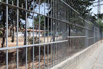 אוצר מנותק מהעיר. האדריכל קולקר רוצה שביל שיחצה את בית הספר (צילום: טל ניסים)