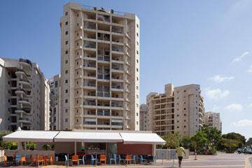 הנתק, שלא מייצר שכונה, זולג גם למרכזי הערים. הנה למשל בנייה חדשה במרכז חולון, שהופכת את העיר לפרוור (צילום: טל ניסים)