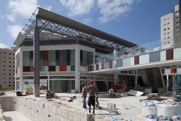 מרכז מסחרי חדש ליד מוזיאון העיצוב. זהו האזור שיהיה מרכז העיר החדש (צילום: טל ניסים)