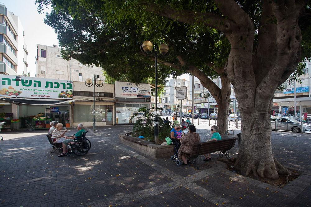 כמו בכל ערי ישראל, המרכזים המסחריים הוותיקים נפגעים מקניונים ומאטרקציות מחוץ לעיר. רק תכנון מקיף ורציני יצליח להפוך את חולון לעיר טובה להולכי רגל ולרוכבי אופניים ויחיה את הרחובות הוותיקים (צילום: טל ניסים)