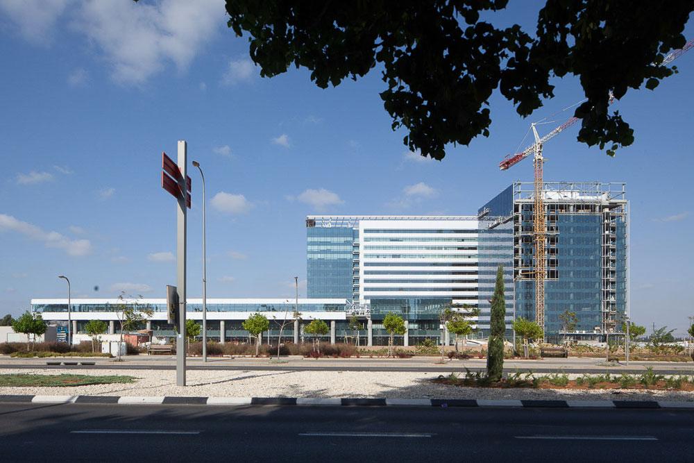 דוגמה מפתיעה למרכז מסחרי שמתוכנן היטב: מרכז עזריאלי במזרח העיר, סמוך למחלף חולון-מזרח, הוא אזור תעסוקה חדש שמתכנניו חושבים על הולכי רגל ועל אינטנסיביות עירונית  (צילום: טל ניסים)