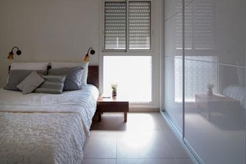 החלק התחתון של החלון כוסה במדבקה (צילום: אילן נחום)
