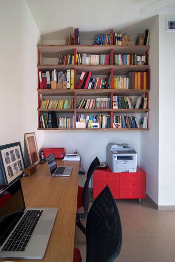 חדר עבודה נוח. עמדה זוגית וספרייה (צילום: אילן נחום)
